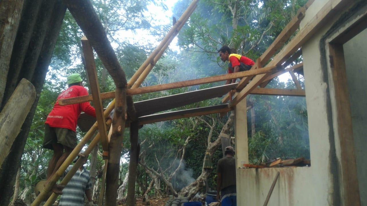 Masyarakat Tembelang Gotong-royong Rehab Rumah Keranda